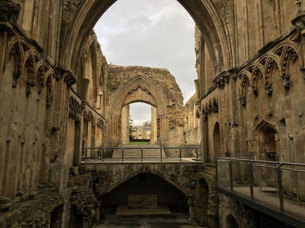 Ikon Budaya Tersimpan: Pendanaan Darurat Biara Glastonbury