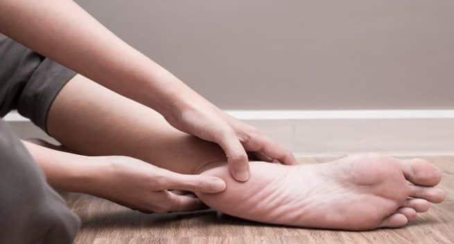 Obat rumahan untuk meringankan rasa sakit di tumit Anda