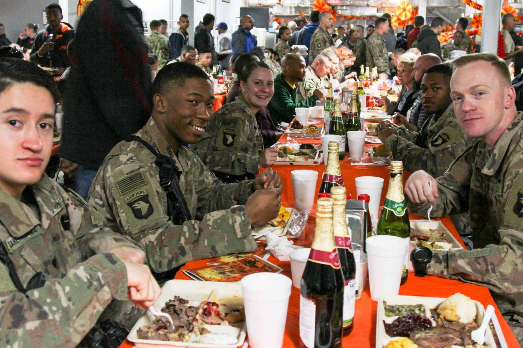 Tradisi Thanksgiving Feed-the-Troops berlanjut meskipun COVID-19 - 9.000 kalkun disajikan dan banyak lagi
