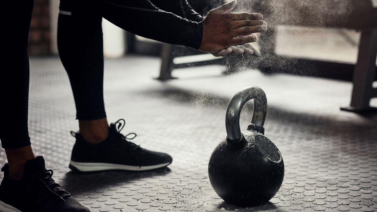 Latihan seluruh tubuh hanya dengan DUA gerakan: Pelatih top dengan pengetahuan SPETZNAZ mengungkapkan teknik kettlebell