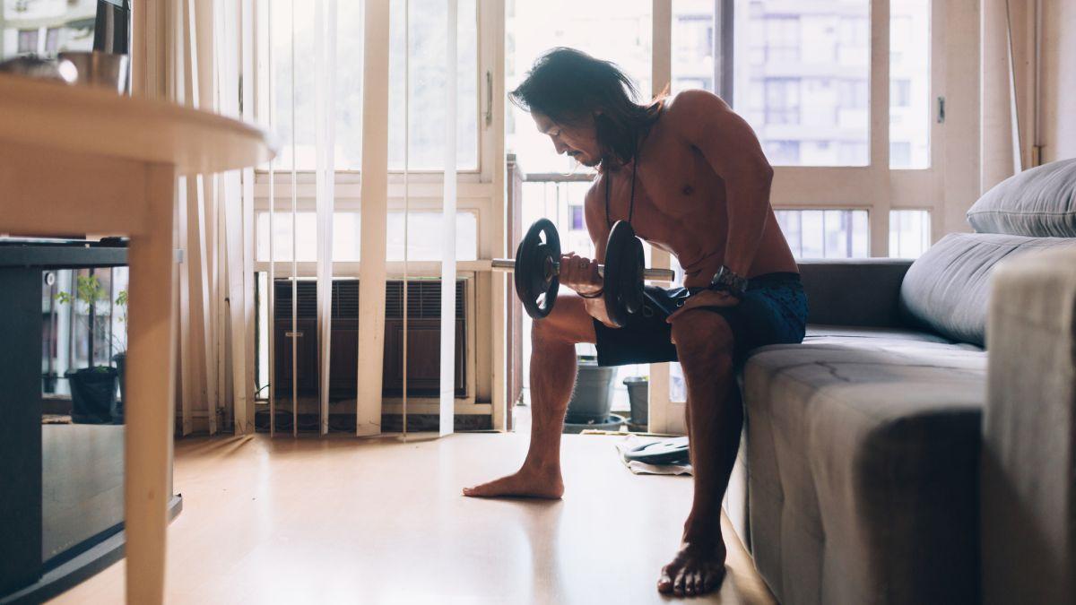 Lakukan gym di rumah dengan keras dengan 5 latihan TERBAIK untuk latihan seluruh tubuh di rumah