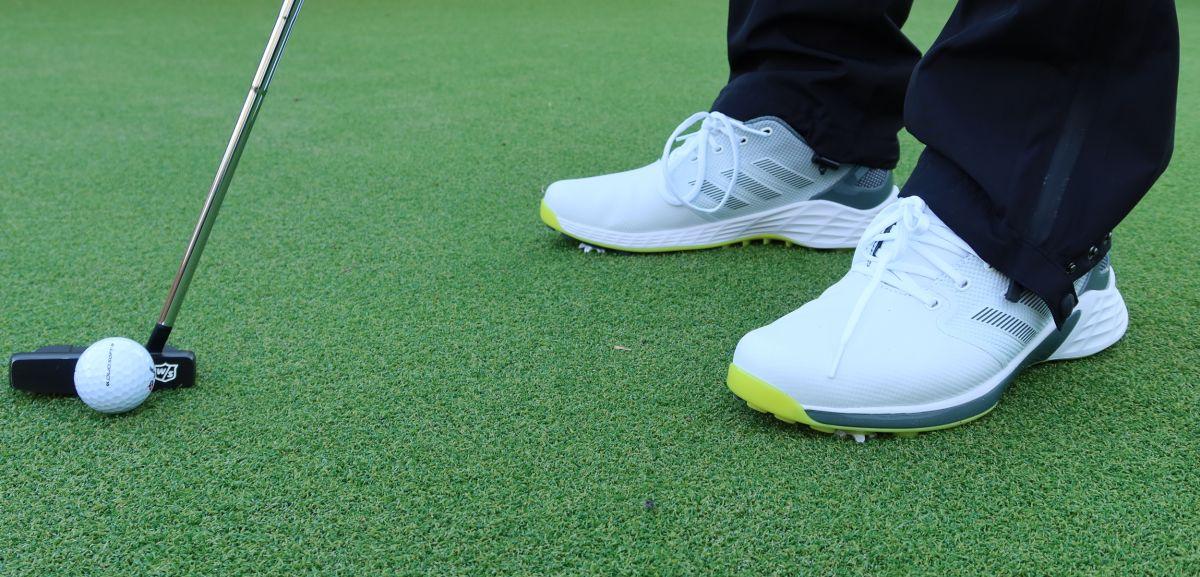Sepatu golf: berduri atau tidak berduri? Itulah pertanyaannya, dan inilah jawaban Anda
